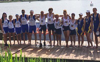 L'équipe israélienne d'aviron paralympique pose pour une photo après avoir remporté la médaille d'argent à l'international de para-aviron 2018 à Gavirate, en Italie. (Daniel Rowing Centre)