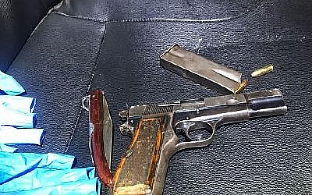 Un couteau de poche appartenant à un Palestinien arrêté le 24 mai 2018, au sud de Jérusalem après avoir tiré sur des agents de la police des frontières, et un pistolet trouvé à proximité qu'il aurait apparemment utilisé. (Police d'Israël)