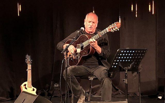 """David Broza chante lors d'un événement """"Times of Israel presents"""" au Beit Avi Chai, le 1er mai 2018 (Crédit :Jessica Steinberg/Times of Israel)"""