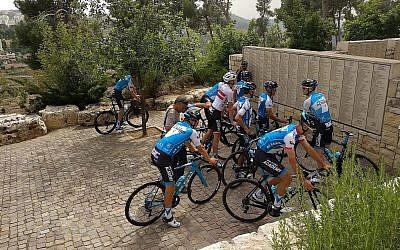 Des membres de l'équipe Israel Cycling à a fin d'un parcours dans le jardin des Justes parmi les Nations, à Yad Vashem, à Jérusalem, le 2 mai 2018. (Crédit : Melanie Lidman/Times of Israel)