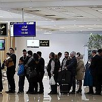 Photo illustrative de personnes attendant en ligne à l'aéroport international de Mashhad en Iran. (CC BY 4.0, Nima Najafzadeh, Wikimedia Commons)