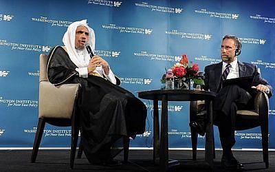 Le secrétaire général de la Ligue islamique mondiale, Mohammad Al-Issa, parle au Washington Institute, avec Robert Satloff de TWI, le 3 mai 2018 (TWI / Lloyd Wolf)