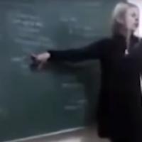 Denise Yanet Evequoz, professeure d'histoire argentine, donne un cours en 2015 durant lequel elle répète des tropes antisémites et salue le dictateur nazi Adolf Hitler. (Capture d'écran : YouTube)