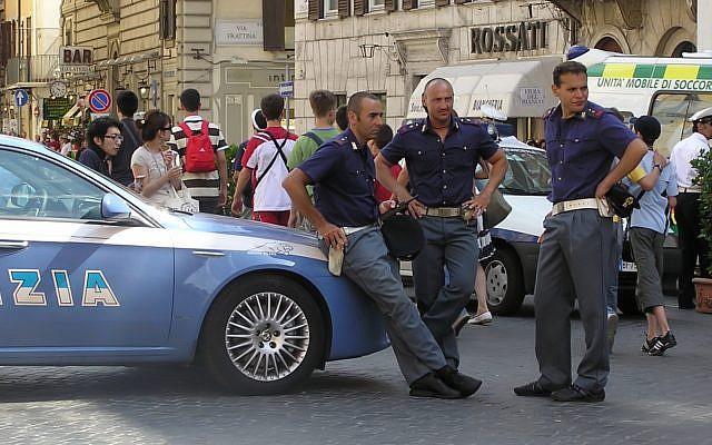 Des policiers italiens près de leur véhicule, à Rome (Crédit : Adrian Pingstone/Wikipedia/Domaine public)