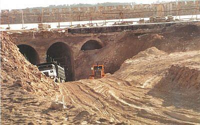 Sauver les artefacts enlevés au cours des rénovations non-autorisées des écuries de Salomon, sur le mont du Temple, en 1999, a été l'objectif original du projet de criblage du mont du Temple (Crédit : Projet de criblage du mont du Temple)