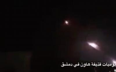 Capture d'écran d'une vidéo diffusée sur les réseaux sociaux, montrant apparemment un tir de roquettes iraniennes visant des positions militaires israéliennes sur le plateau du Golan le 10 mai 2018. (Twitter)