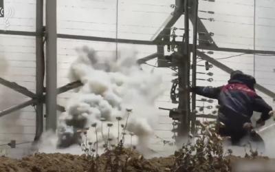 Un Gazaoui tente d'endommager la clôture de sécurité dans une vidéo diffusée par l'armée des violences du 14 mai à la frontière (Crédit : Armée israélienne)