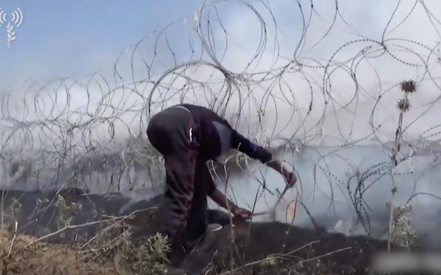 Un Gazaoui avec un cutter à fil de fer dans une vidéo des violences du 14 mai diffusée par l'armée (Armée israélienne)