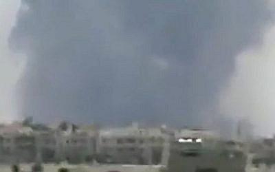 De la fumée est observée à la suite de signalements d'explosions à la base aérienne de Hama en Syrie le 18 mai 2018. (Capture d'écran : Twitter)