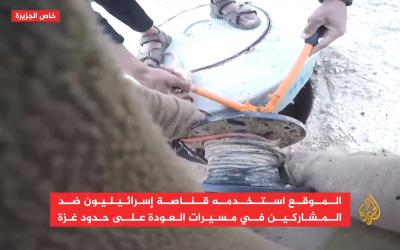Deux Palestiniens coupent des câbles électriques à un poste militaire israélien à proximité de la bande de Gaza, le 22 mai 2018 (Capture d'écran : Al-Jazeera)