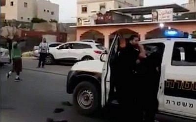 Capture d'écran d'une vidéo des affrontements entre la police et les résidents de la ville bédouine de Rahat, dans le sud du pays, le 25 mai 2018 (Capture d'écran : Twitter)