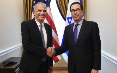 Le ministre des Finances Moshe Kahlon et le secrétaire d'Etat au Trésor Steven Mnuchin, à Jérusalem,le 14 mai 2018. (Crédit : ministère des Finances)