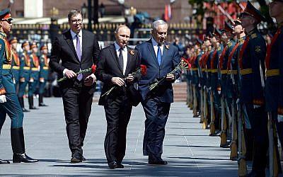 De gauche à droite : le Premier ministre Benjamin Netanyahu, le président russe Vladimr Poutin et le président serbe Aleksandar Vucic déposent une gerbe sur la tombe du soldat inconnu, lors d'une cérémonie pour les soldats de l'armée rouge, à Moscou, le 9 mai 22018. (Crédit GPO Amos Ben-Gershom)