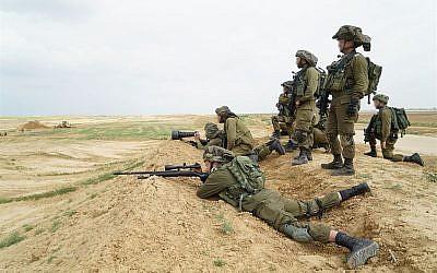 Illustration : des snipers israéliens guettent des infiltrations de Palestiniens depuis la bande de Gaza, à hauteur de la barrière de sécurité, le 30 mars 2018. (Crédit :: armée israélienne)