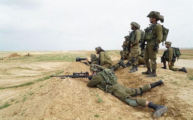 Les tireurs d'élite israéliens se préparent à des manifestations massives de la part des Palestiniens à Gaza et à la possibilité pour les manifestants d'essayer de franchir la barrière de sécurité, le 30 mars 2018 (Forces de défense israéliennes)