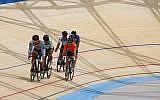 Les coureurs cyclistes testent la piste du nouveau vélodrome de Tel Aviv le 1er mai 2018. (Avec l'aimable autorisation de Guy Yehiel/Municipalité de Tel Aviv)