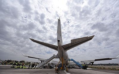 La police et les équipes de secours s'entraînent à réagir à une catastrophe aérienne, à l'aéroport Ben Gurion de Tel Aviv le 8 mai 2018. (Crédit : autorisation)