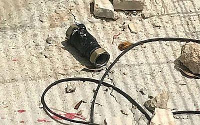 Une bombe piégée lancée par des émeutiers palestiniens sur une base de la police des frontières dans le bloc Etzion en Cisjordanie au sud de Jérusalem le 9 mai 2018. (Police des frontières)