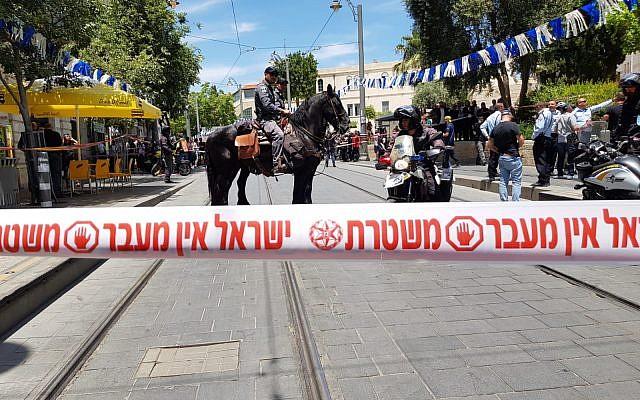La police arrive sur les lieux d'une agression dans le centre de Jérusalem, le 16 mai 2018. (Crédit : Police israélienne)