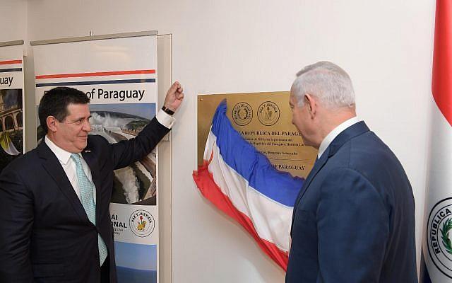 Horacio Cartes (g) et Benjamin Netanyahu inaugurent la nouvelle ambassade du Paraguay à Jérusalem, le 21 mai 2018 (Crédit : Amos Ben Gershom/GPO)
