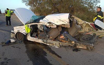 La carcasse d'une voiture entrée en collision avec un bus dans un accident mortel qui a tué les occupants du véhicule sur la route 234, le 24 mai 2018 (Crédit : Services d'incendie et de secours)