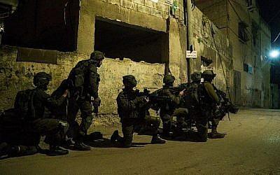 Des soldats de Tsahal recherchent les auteurs de l'attaque terroriste qui a tué le rabbin Raziel Shevach dans le village de Burqin, au nord de la Cisjordanie, le 4 février 2017. (Porte-parole de Tsahal)