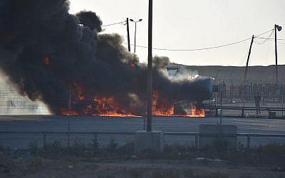 Les émeutiers palestiniens mettent le feu au carrefour de Kerem Shalom dans la bande de Gaza, le 14 mai 2018 (Crédit : Armée israélienne)
