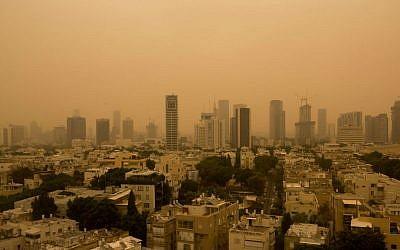 Vue de Tel Aviv pris dans une dense tempête de sable, le 8 septembre 2015 (Miriam Alster / Flash90)
