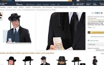 Autre exemple de costume polémique, un modèle tenant de l'argent tout en portant un costume de rabbin vu sur le site Web d'Amazon Allemagne. (Crédit : capture d'écran Amazon)