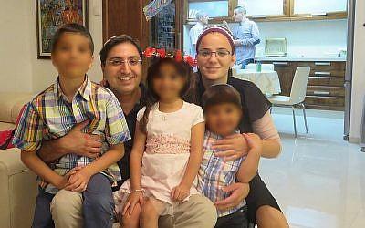 Yaron Atias et son épouse Mazal Dadon Atias en photo avec leurs enfants au mois de septembre 2015 (Crédit :  Facebook)
