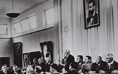 David Ben Gourion, accompagné des membres de son gouvernement provisoire, lit la Déclaration d'Indépendance à la Salle des Musées de Tel Aviv le 14 mai 1948 (Crédit photo: Service de presse du gouvernement israélien)