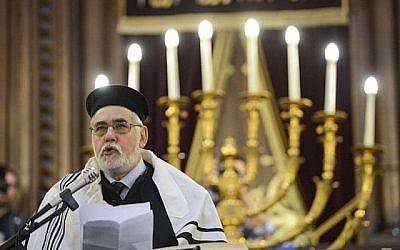 Le Grand Rabbin de Bruxelles Albert Guigui s'exprime lors d'une cérémonie à la Grande Synagogue de Bruxelles le 2 juin 2014, suite à la fusillade meurtrière du 24 mai 2014 au Musée Juif de Bruxelles. (AFP Photo/Belga Photo/Laurie Dieffembaco)