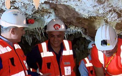 Les ouvriers de l'Autorité de l'eau dans une grotte stalactite qui vient d'être découverte dans les faubourgs de Jérusalem, le 25 mai 2018 (Capture d'écran : Hadashot)
