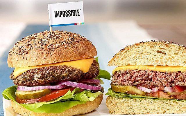 """Le burger Impossible a été remarqué parce qu'il """"saigne"""" comme un steak haché normal (Autorisation : Leo Gong/Impossible Foods via JTA)"""