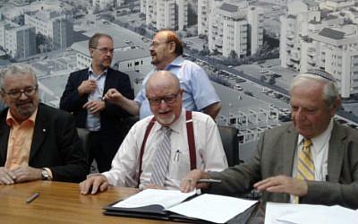 Le professeur Guy Lefèvre (au centre), de l'Université de Montréal au Collège Académique de Netanya pour la signature d'un accord de partenariat (Crédit: autorisation)