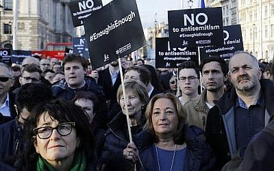 Des membres de la communauté juive manifestent contre le chef du Parti travailliste britannique, Jeremy Corbyn, et contre l'antisémitisme au sein de son parti, devant les chambres du Parlement britannique dans le centre de Londres, le 26 mars 2018. (Crédit : AFP / Tolga Akmen)