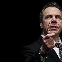 Le gouverneur de New York, Andrew Cuomo, prend la parole lors d'un rassemblement des syndicats de la santé au Madison Square Garden, le 21 février 2018, à New York (Drew Angerer / Getty Images / via JTA)
