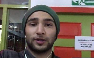 Omer Yefet, l'un des deux Israéliens détenus par un cartel colombien pendant plusieurs heures alors qu'ils visitaient le pays d'Amérique du Sud, raconte à la Dixième chaîne son calvaire, le 23 mai 2018. (Capture d'écran Dixième chaîne)