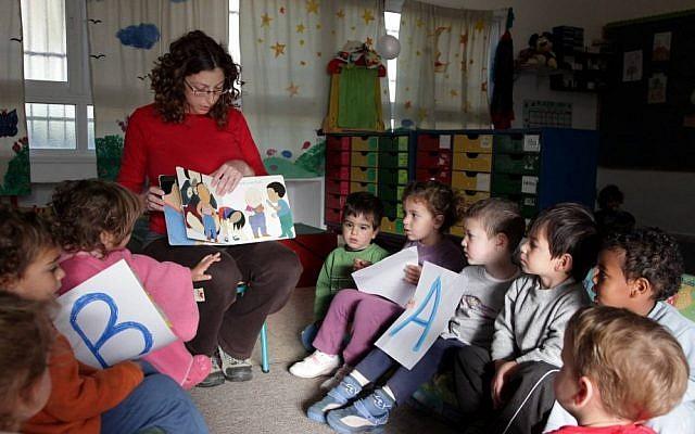 Des enfants de maternelle dans leur salle de classe (Crédit : Edi Israël / Flash90)