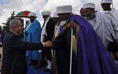 Benjamin Netanyahu rencontre les dirigeants de la communauté juive éthiopienne lors d'une cérémonie au Mont Herzl, le 13 mai 2018. (Crédit : Kobi Gideon/GPO)