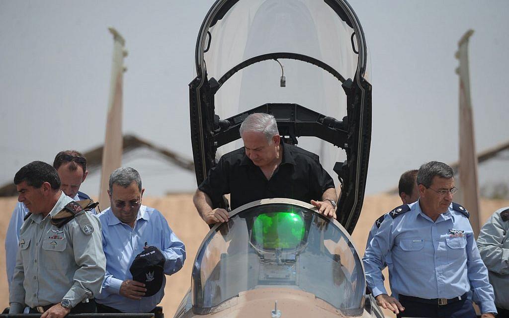 Benjamin Netanyahu s'installe dans le cockpit d'un avion de chasse F-15 à la base aérienne de Hatzerim, dans le sud d'Israël, en août 2009. (Armée israélienne /Flash90)