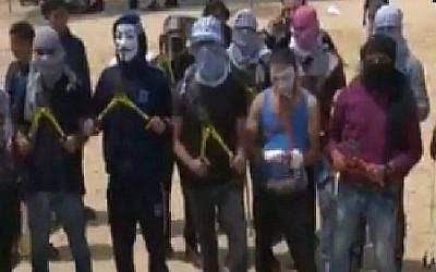 """L'""""Unité des coupeurs de clôture"""" de Gaza menace sur la chaîne Al-Aqsa TV dirigée par le Hamas de franchir la frontière de Gaza avec Israël et de réoccuper l'État juif """"par la force"""" dans des images traduites par l'observatoire de surveillance de Memri TV. (Capture d'écran)"""