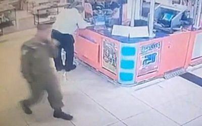 Capture d'écran d'un soldat de Tsahal, soupçonné d'avoir volé des armes sur sa base pour les vendre au marché noir, vu alors qu'il marche à travers la gare routière de Beersheba avec certains des objets dans un sac (non visible). (Mako)