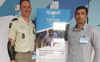 """Le major David, également blessé au Liban, et Henry Rebujent (d.) devant la présentation du projet de sa """"team""""  (Crédit: Makers for Heroes)"""