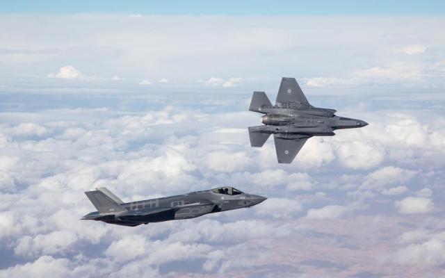 Les deux premiers avions de combat furtifs F-35 israéliens lors de leur vol inaugural pour l'armée de l'air israélienne, le 13 décembre 2016 (Forces de défense israéliennes)