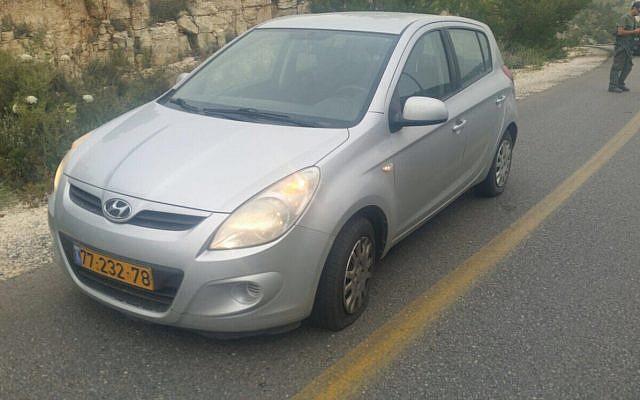 Une voiture israélienne touchée par des tirs dans une attaque armée présumée, en Cisjordanie le 2 mai 2018. (Crédit : autorisation)