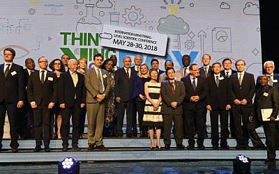 Le Premier ministre Benjamin Netanyahu, au centre, lors d'une convention internationale des ministres de la Science à Jérusalem, le 28 mai 2018 (Crédit :  Jorge Novominsky/GPO)