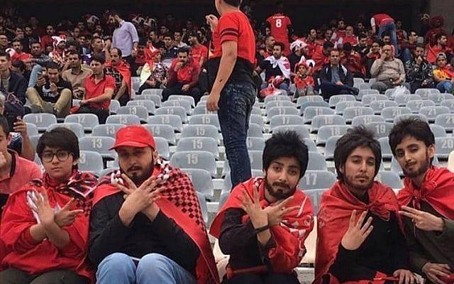 Des femmes fans de football en Iran se sont déguisées en hommes pour se faufiler dans un match de football masculin à Téhéran le 27 avril 2018. (capture d'écran: YouTube)