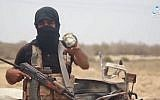 Un membre de la filiale de l'État islamique du Sinaï prétend montrer des munitions de fabrication israélienne trouvées dans les décombres d'une attaque aérienne dans une vidéo publiée par l'agence de presse Amaq le 23 mai 2018. (Capture d'écran, Amaq)