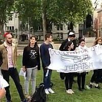 Un groupe de Juifs se rassemble à Parliament Square, à Londres, pour réciter le kaddish pour les 62 Palestiniens tués à Gaza, le 16 mai 2018. (Capture d'écran : Facebook)